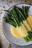 在自创蛋黄奶油酸辣酱调味汁的芦笋 库存图片
