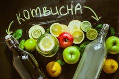 在自创Kombucha的顶视图用果子 库存照片