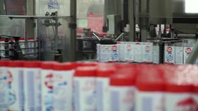 在自动化的生产线的液体洗涤剂 装瓶的机械 夹子 装瓶机 瓶织品 股票视频