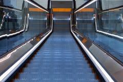 在自动扶梯的下降在购物中心 免版税库存图片