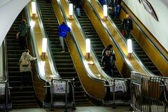 在自动扶梯的下降对莫斯科地铁车站 库存图片