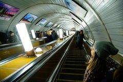 在自动扶梯的下降对莫斯科地铁车站 库存照片