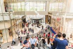 在自动扶梯的人人群在豪华商城 免版税库存图片