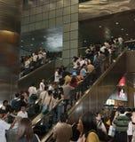 在自动扶梯的人冠 免版税库存照片
