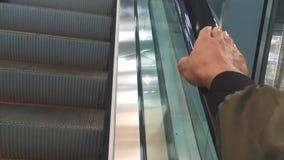 在自动扶梯的手对更好的未来地铁地下 拿着自动扶梯的扶手栏杆手 人们在移动 影视素材