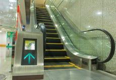 在自动扶梯的标志 免版税库存图片