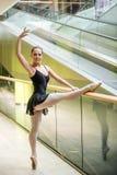 在自动扶梯的跳芭蕾舞者 免版税库存图片
