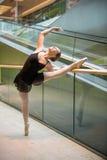 在自动扶梯的跳芭蕾舞者 图库摄影