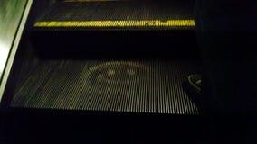 在自动扶梯的兴高采烈的面孔 免版税图库摄影