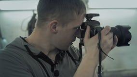 在自动服务的摄影师射击 影视素材