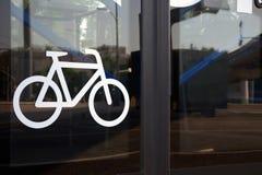 在自动玻璃公共汽车门的自行车象 免版税图库摄影