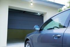 在自动车库门附近的汽车 免版税库存图片