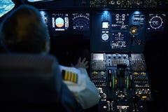 在自动驾驶仪的飞机 库存照片