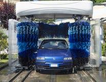 在自动洗涤物的汽车 免版税库存图片