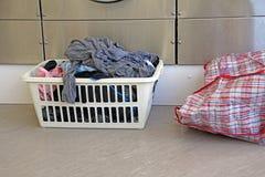 在自动洗衣店的洗涤天 库存照片
