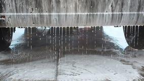 在自助洗车的洗车过程 水喷气机与高压的洗涤从汽车后方的泡沫 股票视频