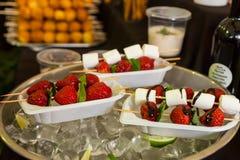 在自助餐桌上的单独点心果子Kebabs 库存照片