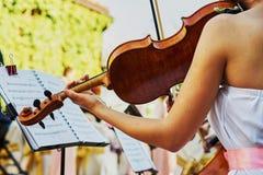 在自助餐桌上的小提琴手戏剧 库存图片