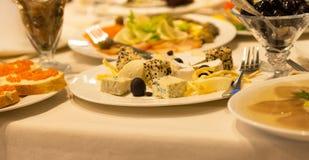 在自助餐桌上的被分类的开胃菜 免版税库存图片