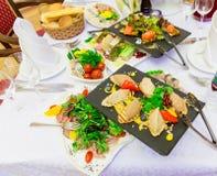 在自助餐的各种各样的冷的开胃菜:海鲜,菜,肉,纤巧 库存图片