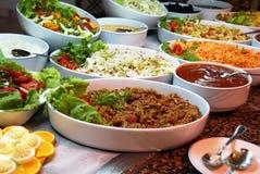 在自助餐的多种食物 免版税库存照片