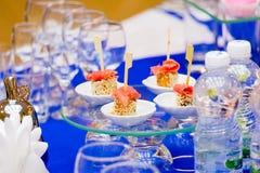 在自助餐的鱼开胃菜 在自助餐的三文鱼纤巧 玻璃器皿在餐馆,承办宴席 免版税库存照片