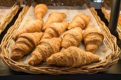 在自助餐线,在柳条筐的新鲜的新月形面包的新月形面包面包 库存图片