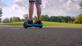 在自已平衡的电罗经滑行车的第一步 学会在电罗经板的年轻人乘驾 影视素材