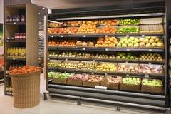 在自已的果子在食品仓库 库存照片