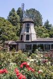 在自我实现Fellowship湖寺庙寺庙的风车在东部好莱坞-洛杉矶-加利福尼亚 免版税库存照片