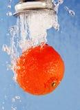 在自来水之下的桔子。 库存图片