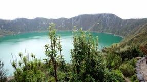 在自然中间的一个武尔卡诺岛盐水湖 图库摄影