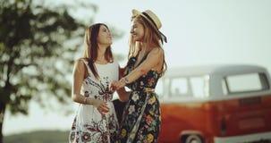 在自然中间的妇女s友谊,拥抱和做大心脏用佩带葡萄酒的手 股票视频