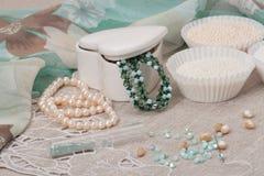 在自然亚麻制背景的小珠首饰 手 免版税库存照片
