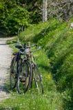 在自然停放的两辆自行车 免版税图库摄影