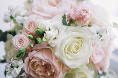在自然光的艺术新娘花束 免版税库存照片