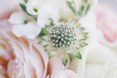 在自然光的艺术新娘花束 图库摄影