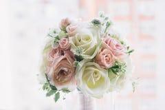 在自然光的艺术新娘花束 免版税库存图片