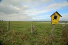 在自然公园Insel乌瑟多姆岛的篱芭在德国 猫头鹰标志是表明自然保护等的正式德国标志 免版税库存照片