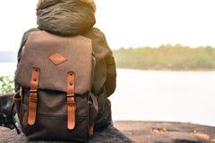 在自然冬天季节的亚洲男孩背包,在度假放松时间 免版税库存照片
