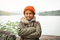 在自然冬天季节的亚洲男孩背包,放松在假日概念旅行的时间 库存图片