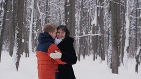 在自然冬天背景的年轻爱恋的夫妇 在慢动作 股票视频