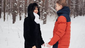 在自然冬天背景的年轻爱恋的夫妇 在慢动作 影视素材
