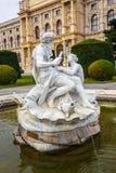 在自然历史博物馆前面的喷泉在维也纳 图库摄影