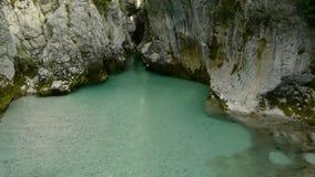 在自然峡谷岩石的空中细节视图 股票录像