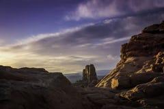 在自然曲拱和紫色天空下的日出 库存图片