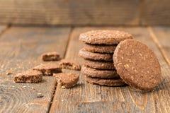 在自然木桌上的被堆积的饼干 库存照片