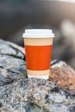 在自然本底的咖啡杯 免版税库存图片