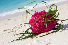 在自然本底的新娘花束 图库摄影