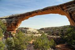 在自然桥梁国家历史文物的自然石曲拱 免版税库存照片